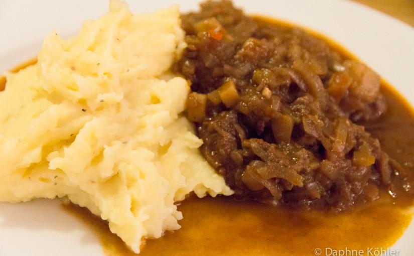 Gulasch mit Kartoffelbrei und Feldsalat